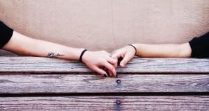 casal-apaixonado-blusa-maos-banco