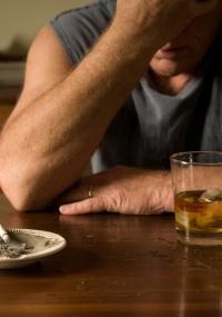 ro-bebida-lei-controle-estresse-vicio-viciado-desespero-alcoolatra-alcoolismo-cinzeiro-cinza-bituca-bebado-alcoolizado-divorcio-1270757076300_200x285