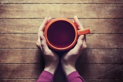 mulher-bebendo-chá-de-canela